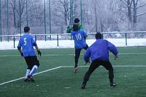 Jičínští fotbalisté v přípravném zápasu, na snímku Robert Samko (10) v souboji o míč se soupeřem.