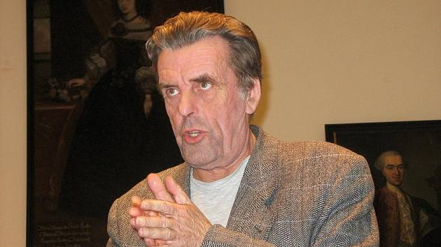 Jan Sokol na besedě v jičínském Porotním sále.