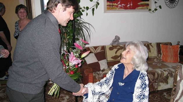 Stoleté paní Marii Doškové přišel poblahopřát také ředitel OSSZ Jičín Jiří Bílek.