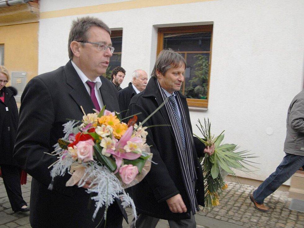 Vedení Hořic a kraje jde gratulovat Marii Fišerové.