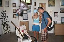 Návštěvníci na výstavě objektů bratří Hochmanových v areálu Valdštejnské lodžie.