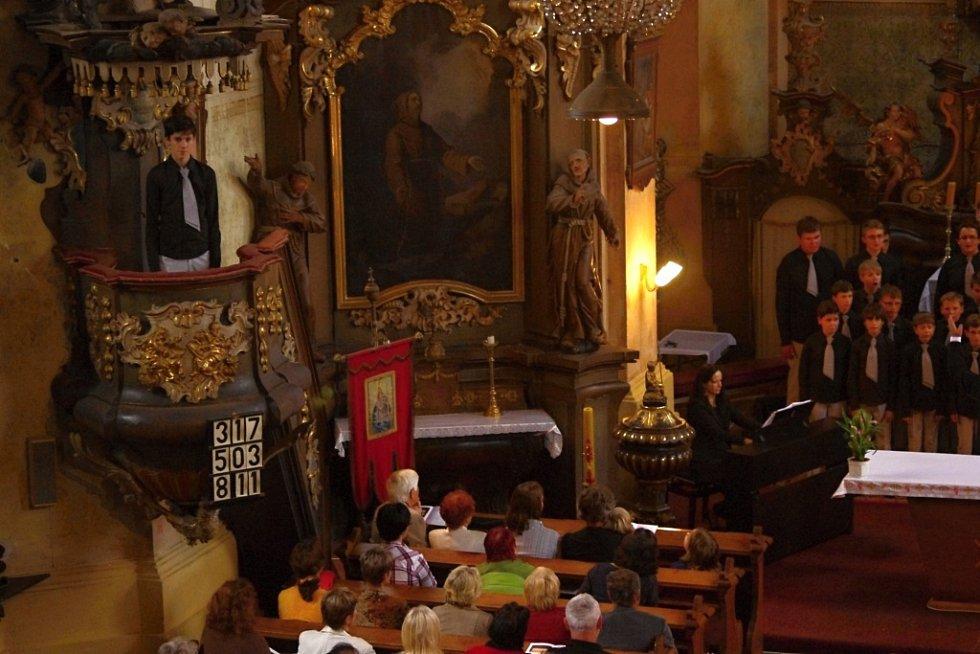Koncert sboru Boni pueri v Libáni.
