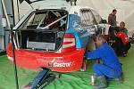Mechanik Jarda Kozák při kontrole zavěšení zadního kola po předchozím měřeném tréninku, kde Václav Fejfar bezkonkurenčně zvítězil.