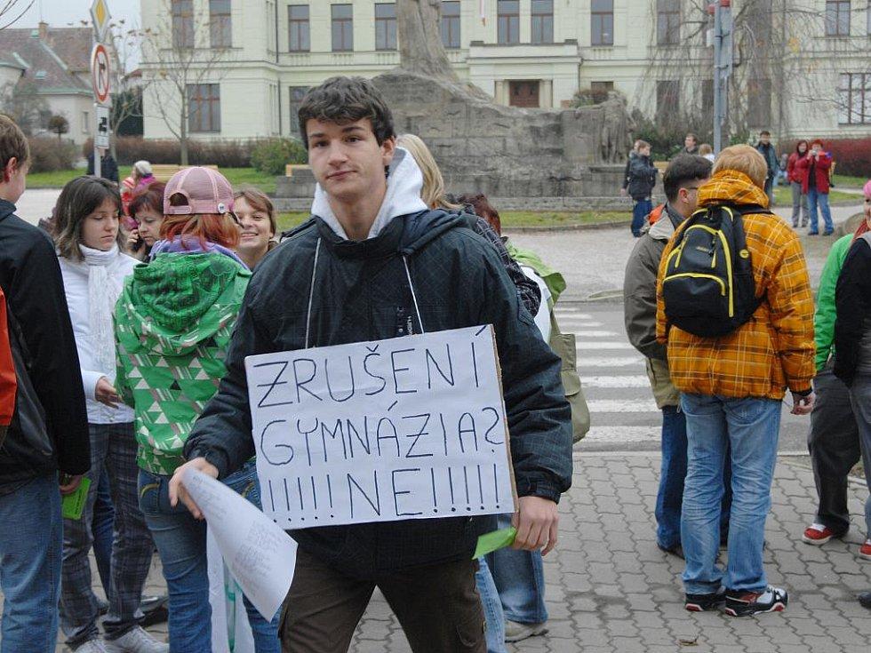 Protesty proti zrušení čtyřletého gymnázia v Hořicích.