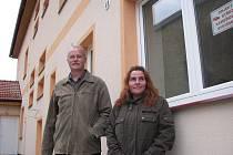 Starosta Vysokého Veselí Luboš Holman a pracovnice jičínské Charity Zuzana Horáková před rozestavěným pečovatelským domem.