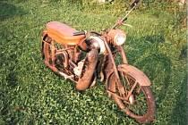 Pomozte s pátráním po odcizeném historickém motocyklu ČZ 125 C