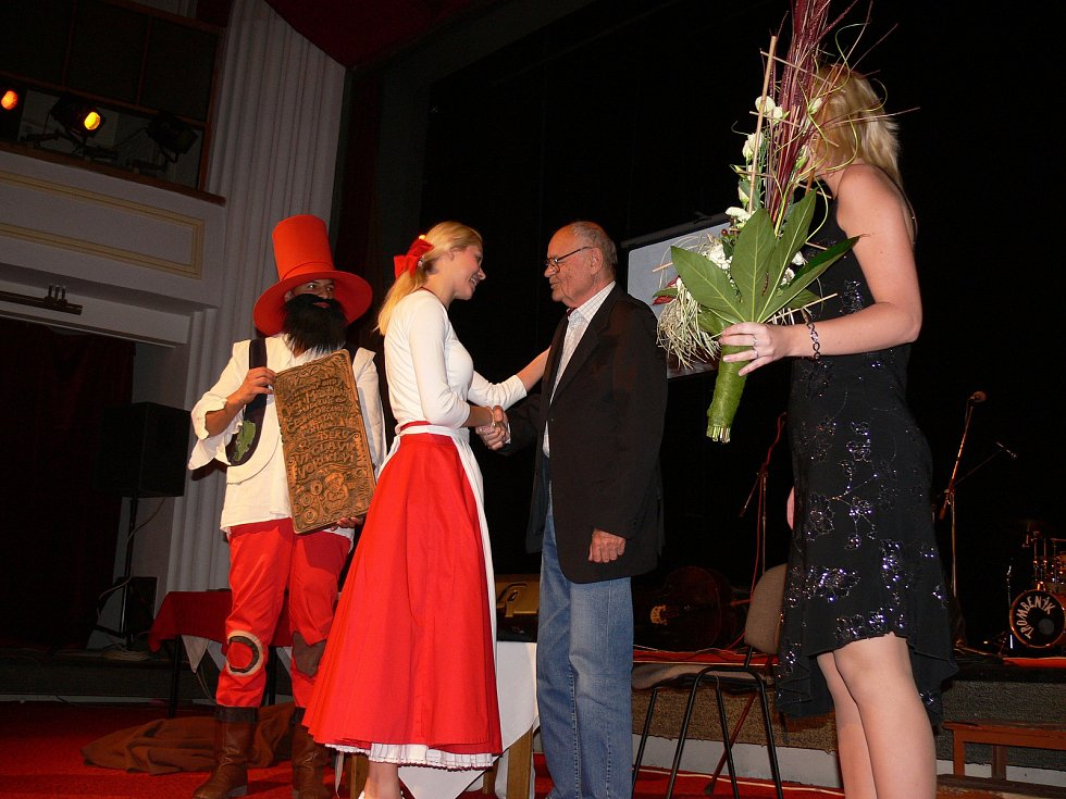 Do pohádkového nebe odešel režisér a scénárista Václav Vorlíček, čestný občan pohádkového Jičína. Ocenění tu převzal v roce 2010.