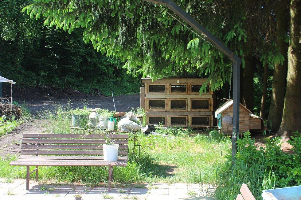 Na zahradě mohou obyvatelé bytů realizovat svoje zájmy. V minulosti to byl například chov králíků a slepic nebo zahrádkaření.