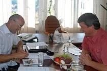 Podpis smlouvy se starostou Bohuslavic.