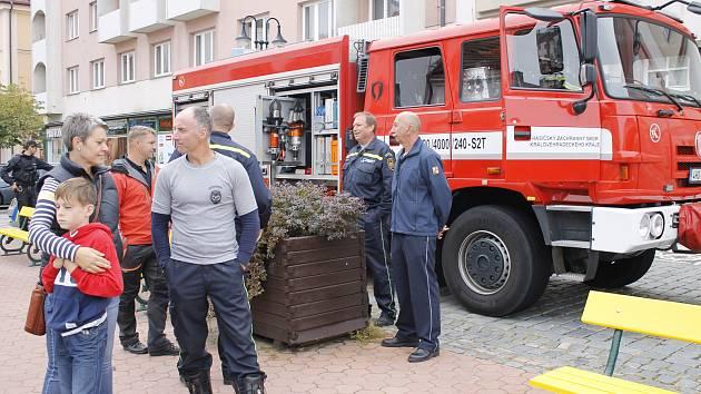 V rámci Světového dne první pomoci se na Žižkově náměstí ukázali hasiči, policisté i záchranáři.