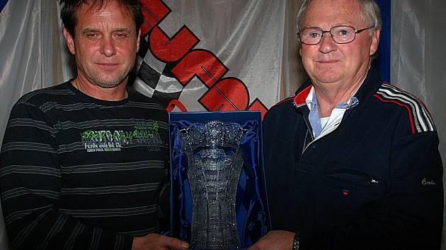 VÁCLAV FEJFAR uspořádal ve Štikovské rokli posezení s přáteli autokrosu. Během večera předal svému holandskému motoráři Miku Callaghanovi broušený pohár jako ocenění jeho práce.