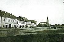 Nejstarší fotografie hořického náměstí ještě s podloubím z roku 1866.