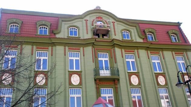 Postupně rekonstruovaná budova hotelu Praha v Jičíně získala dvě sgrafita, o jejichž podobě nebylo dlouhé roky zcela jasno.