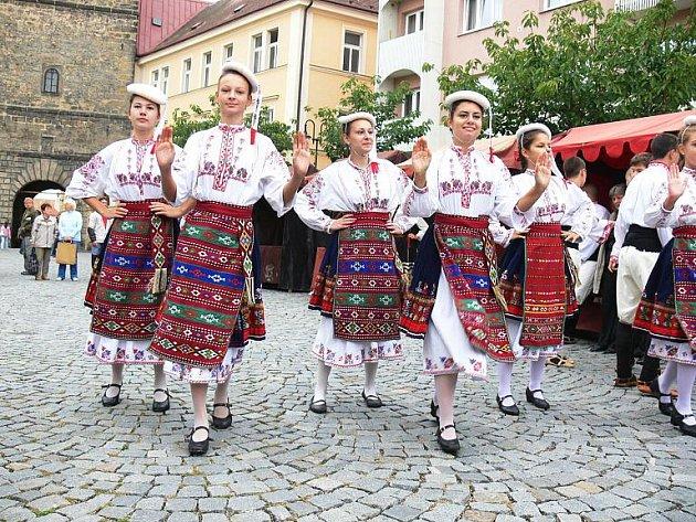 Vystoupení bulharského tanečního souboru na Žižkově náměstí.
