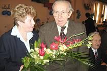 Blanka Čílová přijímá gratulace ke 20. výročí packé pobočky KPVČ.