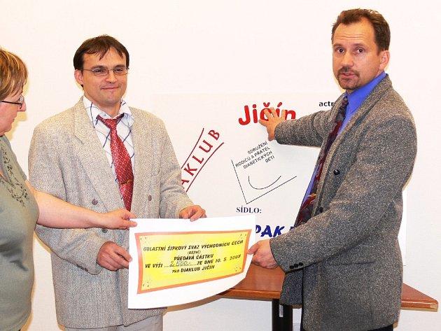Miloslav Pačesný (vpravo) při přebírání jednoho z finančních darů na podporu Diaklubu v minulých letech.
