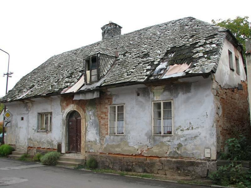 Tzv. Divíškův barák čp. 192 v Sobotce už několik desítek let chátrá. Na snímku z roku 2008.