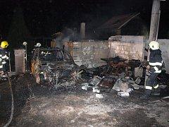 Požár rodinného domu, garáže a několika vozidel v Budčevsi.