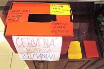 Červené karty pro prezidenta Zemana.
