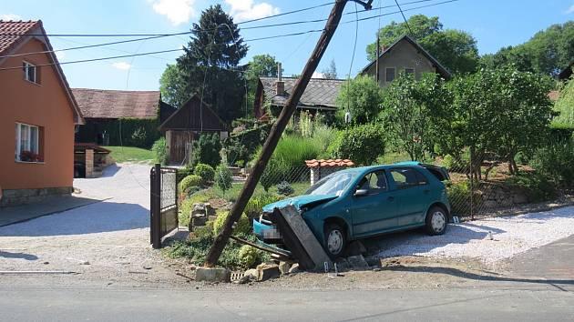 Po nárazu automobilu do sloupu elektrického vedení zůstaly nad komunikací viset spadlé dráty.