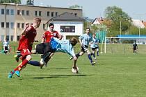 CENNÝ SKALP. Fotbalisté Jičína na domácím hřišti porazili RMSK Cidlinu 2:1. Po  faulu na domácího hráče Ulvra následoval pokutový kop , který  Kocourek bezpečně proměnil ve vedoucí branku celého utkání.