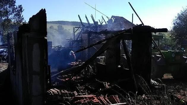 V Pecce hořela stodola, zranili se čtyři lidé včetně dvou hasičů.