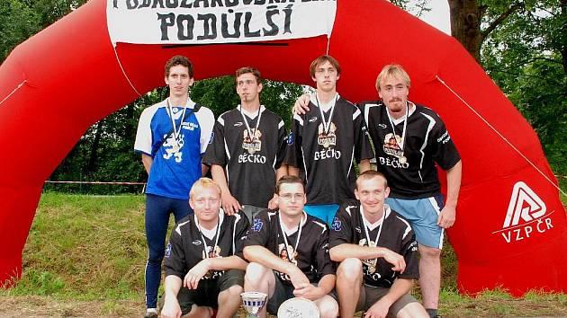 Třetího kola Podkozákovské ligy se v Podůlší zúčastnilo 32 družstev mužů. Na snímku vítězné Podůlší B s časem 14,78 s.