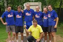 """Vítězní """"Klampárovci"""": Hampacher, Kop, Bláha, Kovář, Malán, kapitán družstva a jubilant Klamrt a kouč Melichar."""