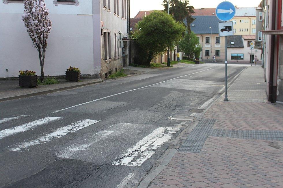 Některé silnice v Jičíně jsou samá díra.