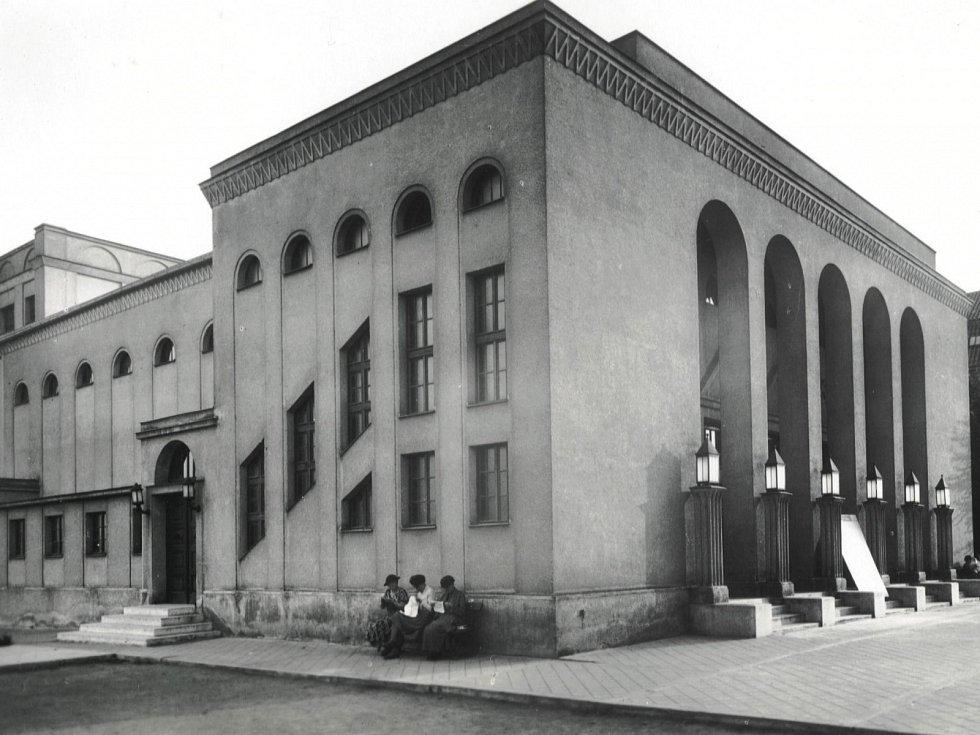 Historický snímek budovy jičínského biografu.