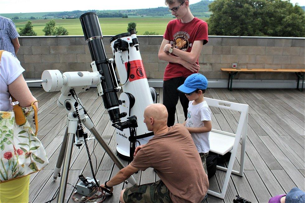 Na hvězdárně si pro návštěvníky připravili speciální dalekohledy, Slunce je zde ale možné pozorovat i bez zatmění. Hvězdárna má pro veřejnost otevřeno ve středu, čtvrtek a pátek, o časech programů informují na svém webu.