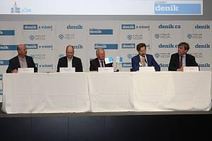 Setkání bylo zahájeno. Za diskuzním stolem sedí starosta města Jan Malý, dále Petr Hamáček, Jan Jiříčka a Peter Bareš.  Setkání moderuje šéfredaktor východočeských Deníků Imrich Dioszegi.