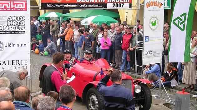 Na stokilometrovou soutěžní trať se v jednominutových intervalech vydalo z Valdštejnova náměstí celkem 74 posádek. Start sledovaly stovky motoristických příznivců.
