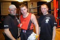 Úspěšný boxer Martin Křelina (na snímku uprostřed) se svými trenéry Bedřichem Doležalem mladšíím vlevo a Miroslavem Janďourekm.