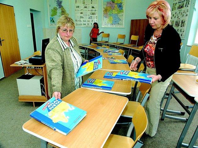 Učitelky Jaroslava Bryknarová (zleva), Lucie Hrnčalíková a Ivona Lukáčová připravují učebnu na příchod žáků.