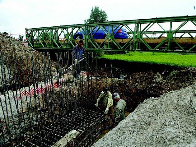 Oprava mostu v Chotči.