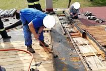 Profesionální hasiči z Hořic a dobrovolní hasiči z Lázní Bělohrad, Miletína, Hořic a Dubence byli přivoláni k požáru střechy rodinného domu v ulici Palackého v Miletíně.