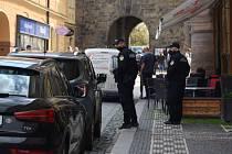 V centru Jičína je frekventovaná doprava a málo parkovacích míst. Strážníci situaci řeší individuálně.