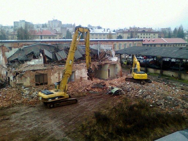 Z bourání objektů bývalého ZPA.