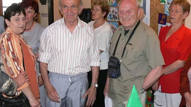 Na vernisáži výstavy ve Vokšicích byl přítomen také majitel galerie a výtvarník Josef Bucek.