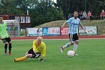 Jičínský útočník Pavel Kraus střílí jednu ze svých dvou branek v domácím utkání s Broumovem.