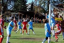 Jediný gól rozhodl. V nedělním utkání zvítězil kopidlenský nováček nad zkušeným mužstvem Mostku  1:0. Náš snímek zachycuje situaci před brankou hostí po rohovém kopu domácích.