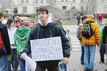 Protesty proti plánovanému zrušení čtyřletého gymnázia.