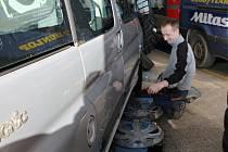 Výměna pneumatik v servisu.