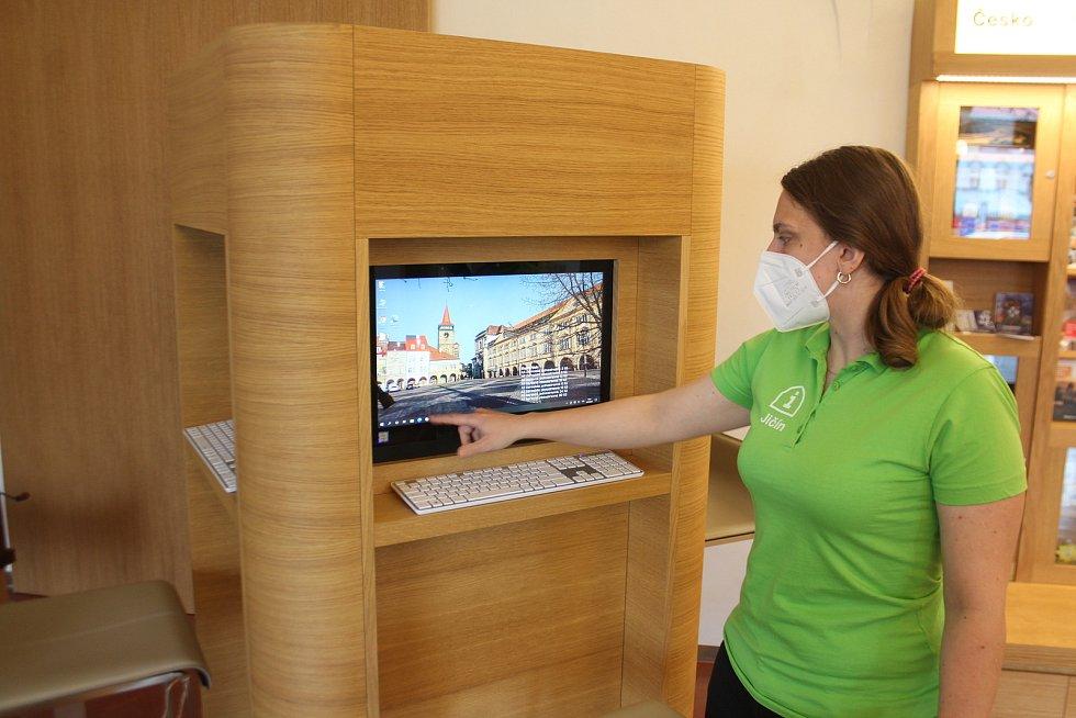 Návštěvníci mohou použít volně dostupné počítače například k tisku. Personál je ochotný pomoci těm, kteří si s technikou neví rady.