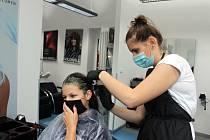 PŘI NÁVŠTĚVĚ kadeřnictví by nyní měla stačit rouška – u zákazníka i u kadeřnice. Ilustrační foto: archiv Deníku