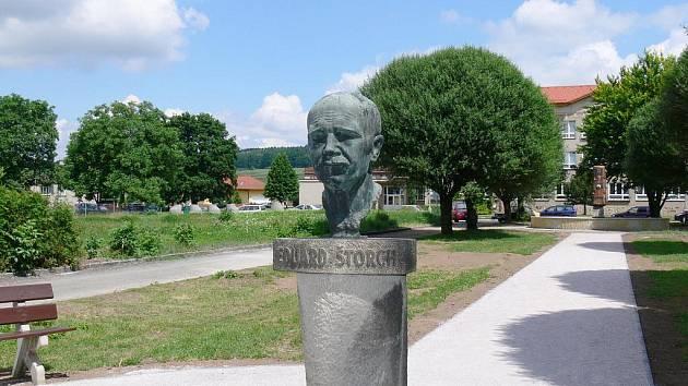 Busta spisovatele Eduarda Štorcha.