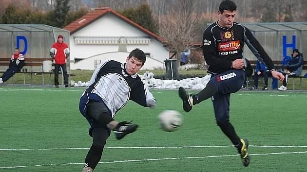 Ostrostřelec Vacek (vlevo) se proti diviznímu mužstvu SK Semily blýskl čtyřmi pěknými góly.