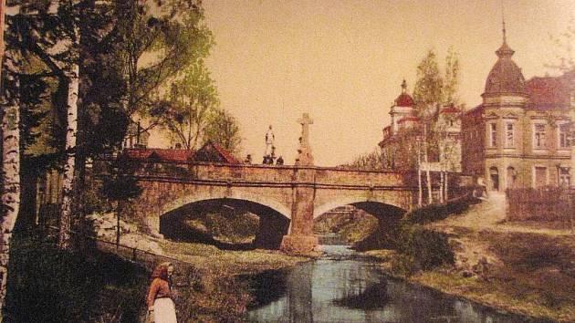 Lázně Bělohrad, u mostu, historická pohlednice.