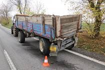 Řidič narazil do traktoru s přívěsem. Ilustrační foto.